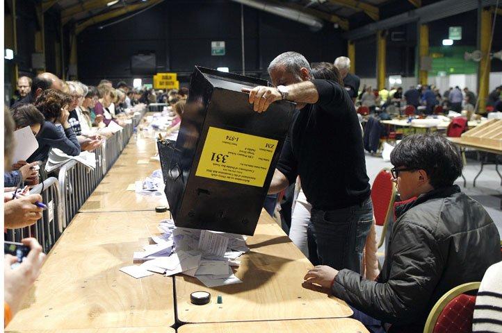 @BroadcastImagem: Contagem de votos de referendo sobre aborto na Irlanda é feita em centro em Ashbourne. Peter Morrison/AP