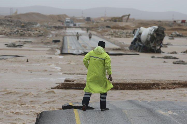 @BroadcastImagem: Poderoso ciclone atinge Oman e Iêmen; deixa 3 mortos e outros 40 desaparecidos. Kamran Jebreili/AP