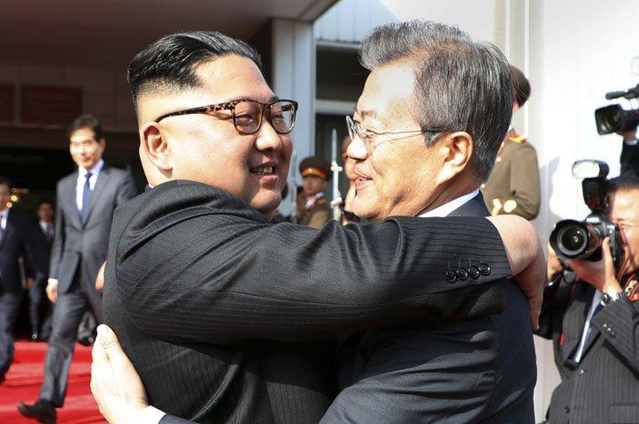 @BroadcastImagem: Presidente sul-coreano se reúne com Kim Jong-un em zona desmilitarizada. South Korea Presidential Blue House/AP