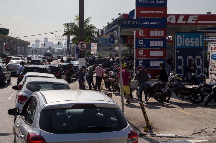 @BroadcastImagem: Motoristas enfrentam fila para abastecer veículos em posto na capital paulista. Amanda Perobelli/Estadão