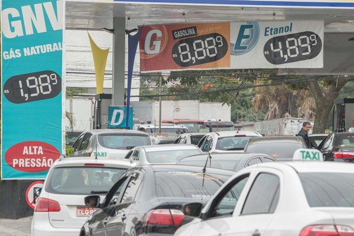 @BroadcastImagem: Fila de carros para abastecer em posto de combustível na zona norte de São Paulo. Daniel Teixeira/Estadão