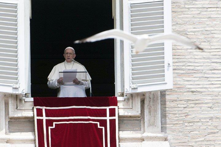 @BroadcastImagem: Papa Francisco faz prece de Regina Coeli durante sua tradicional oração de domingo. Maurizio Brambatti/AP