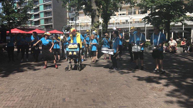 test Twitter Media - Orkesten uit heel Nederland spelen in Emmen tijdens Emmer & Dweilfestival: 'Apetrots' https://t.co/52dCcToUtA https://t.co/j8mNhDeyrw