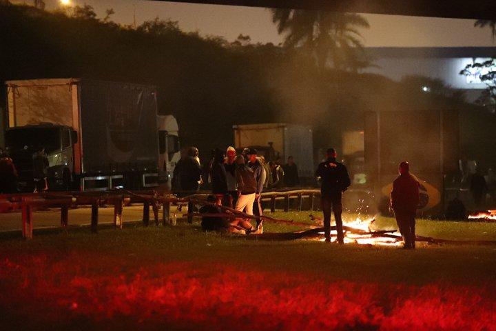 @BroadcastImagem: Protesto de caminhoneiros na altura do km 25 da Rodovia Anchieta, sentido litoral. Alex Silva/Estadão