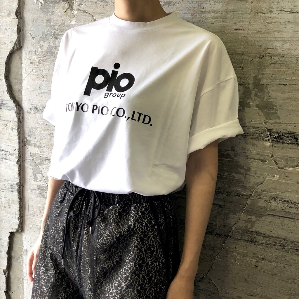 """本日はオーバーサイズのロゴTシャツをご紹介。ホワイトの他にオレンジ、グリーン、ブラックのカラーも。  ◼︎""""PIO""""PRINTED TEE  zozo town↓ https://t.co/Qv21YXVea6  #gvgv https://t.co/o0h6LqBLyB"""