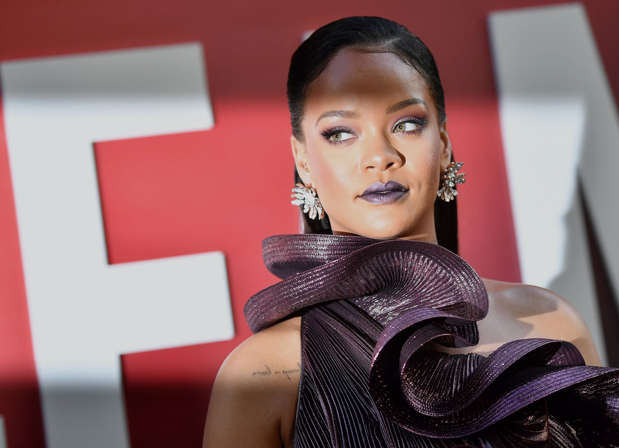 @rihanna gets a chance to explain herself on the @TheGNShow about her wine glass theft. https://t.co/qyCC9DmWcO https://t.co/kzCwuJleSe