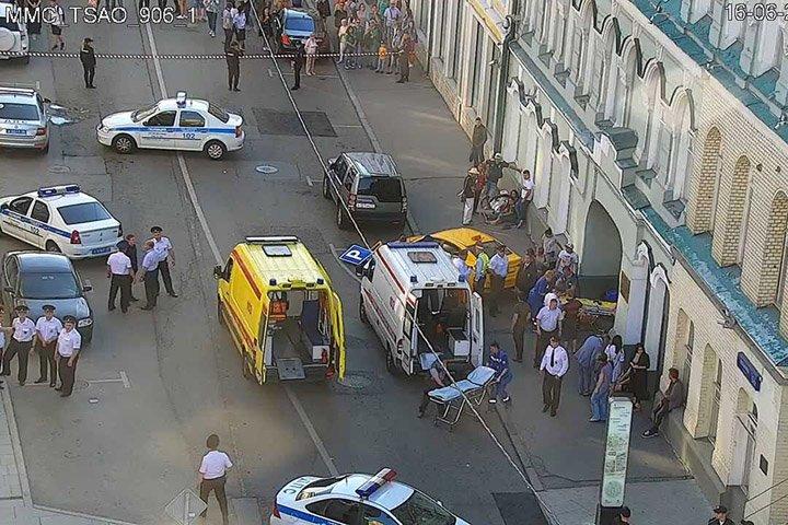 @BroadcastImagem: Táxi invade calçada em Moscou e deixa feridos. Centro de controle de tráfego de Moscou/AP