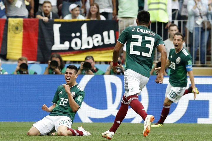 @BroadcastImagem: Hirving Lozano (e), do México, comemora seu gol marcado sobre a Alemanha, em Moscou. Antonio Calanni/AP