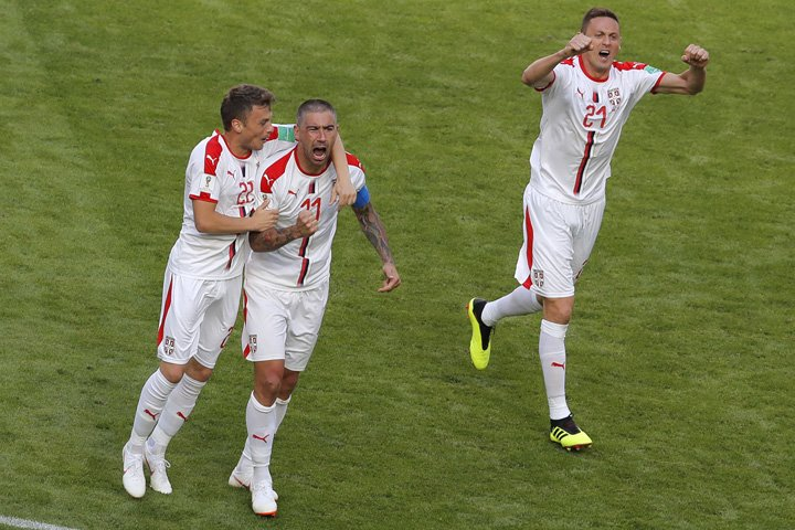 @BroadcastImagem: Kolarov (c), da Sérvia, comemora gol marcado na vitória por 1 a 0 sobre a Costa Rica, na Rússia. Vadim Ghirda/AP