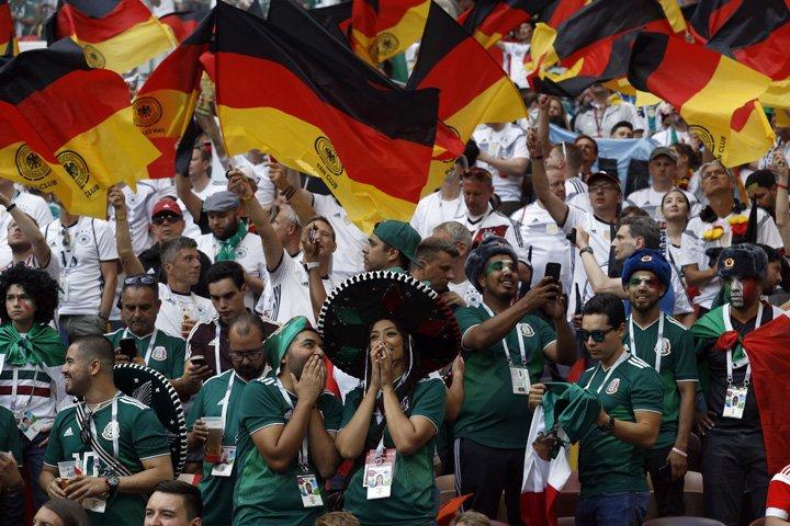 @BroadcastImagem: Torcedores do México e da Alemanha durante partida no estádio Luzhniki, em Moscou. Victor R. Caivano/AP