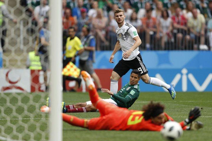 @BroadcastImagem: Timo Werner, da Alemanha, e Hugo Ayala, do México, observam goleiro mexicano Guillermo Ochoa. Eduardo Verdugo/AP