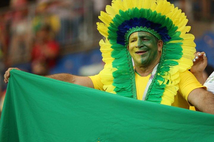 @BroadcastImagem: Torcedor brasileiro aguarda início da partida entre Brasil e Suíça na Arena Rostov. Wilton Jr/Estadão