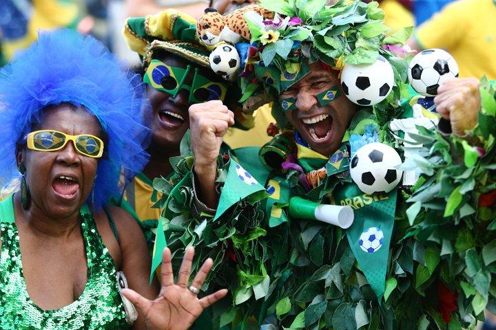@BroadcastImagem: Torcida acompanha o jogo do Brasil e Suécia na Praça Mauá, centro do Rio. Fábio Motta/Estadão