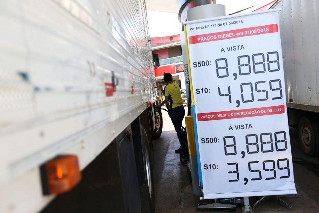 (Preço do diesel diminui, mas redução de R$ 0,46 ainda não chega às bombas) - Veja mais em https://t.co/cmRJS6ZKxc https://t.co/GD4zZpv11a