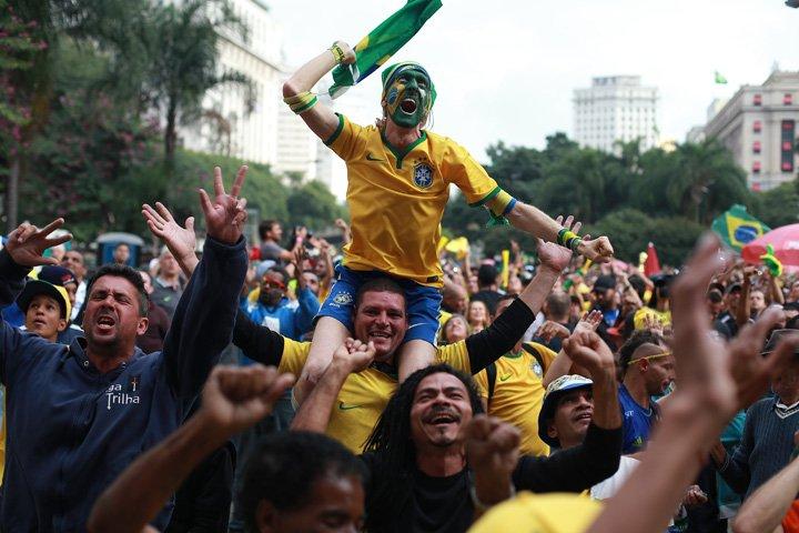 @BroadcastImagem: Torcedores vibram com Brasil x Suíça em Arena montada no Vale do Anhangabaú, em SP. Tiago Queiroz/Estadão