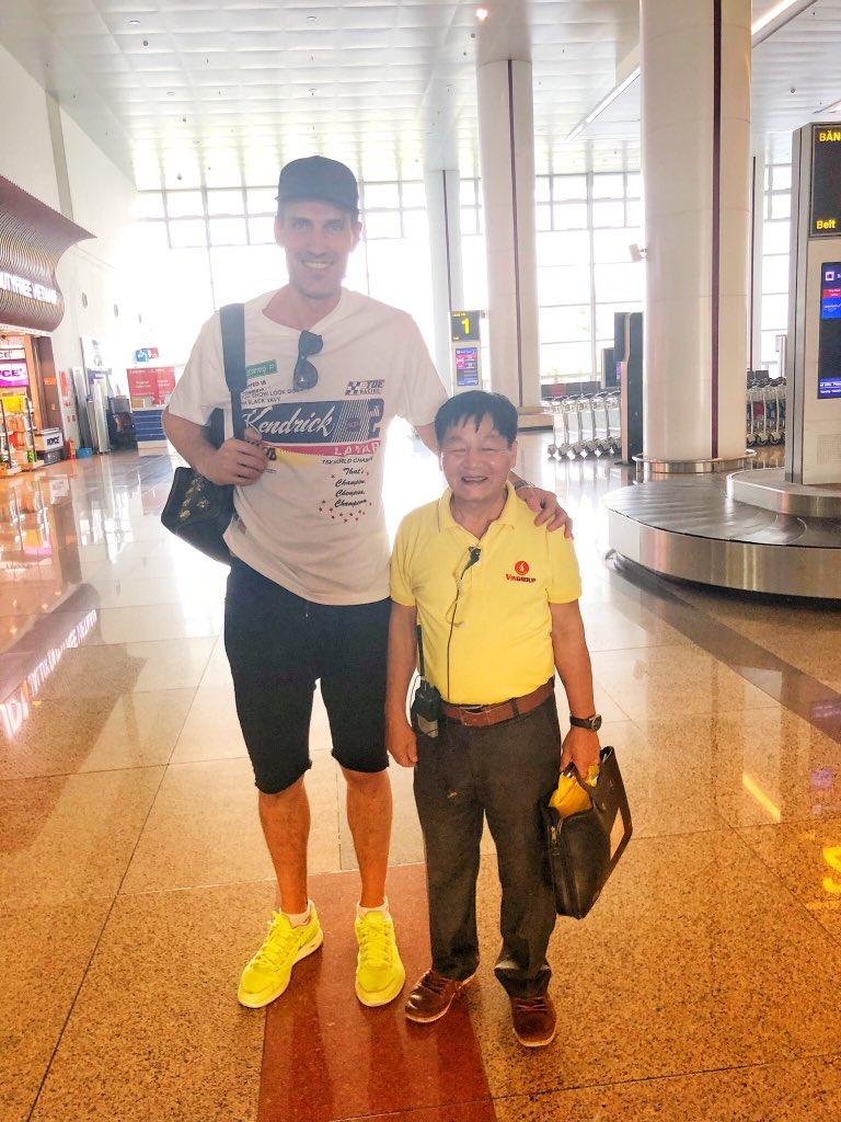 В аэропорту Ханоя нас встречал жизнерадостный Иван Иванович! ???????? #михаилземцов #рост2метра #ханой ????#кристинаорбакайте https://t.co/9EngnOup8E