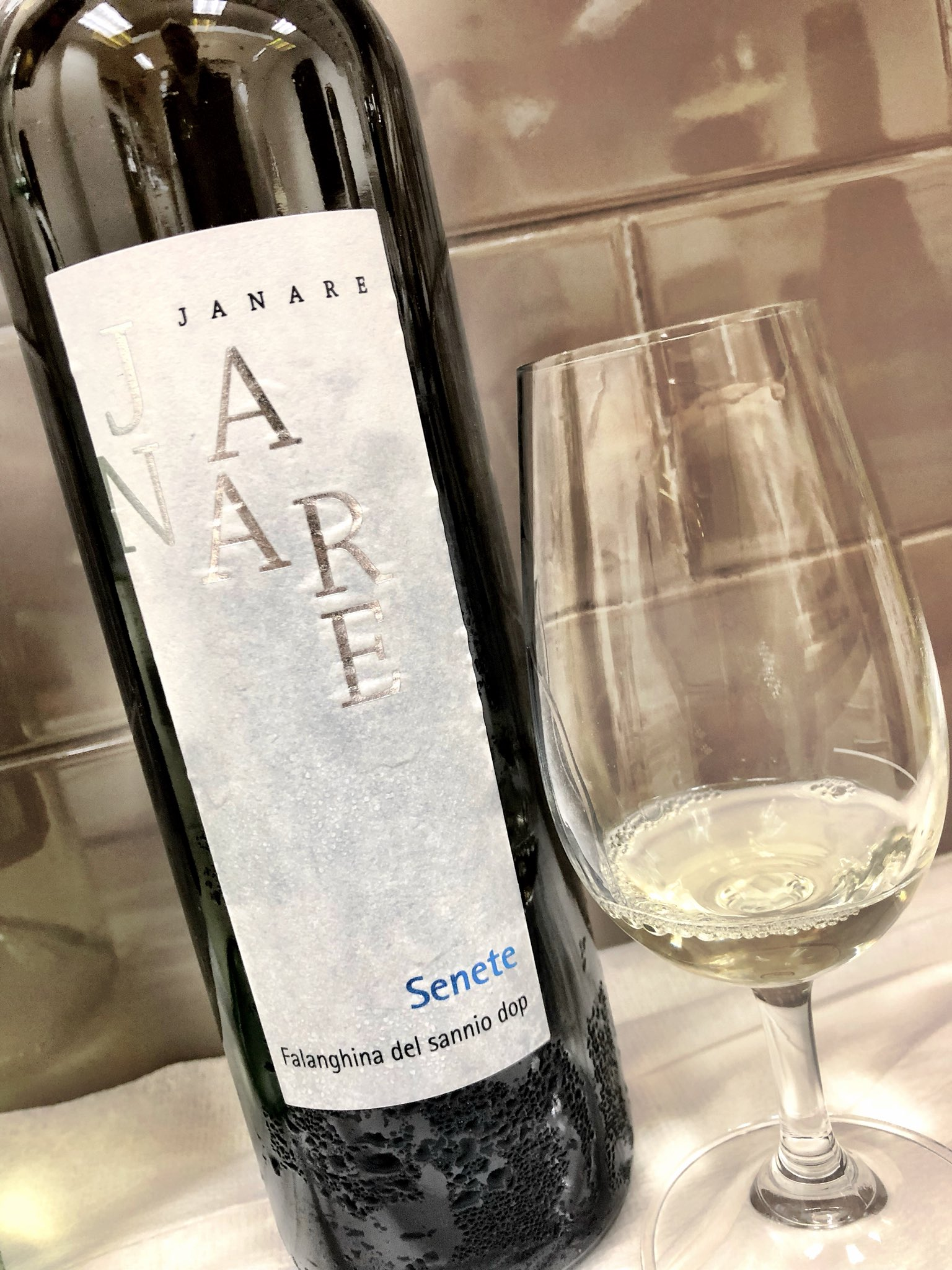 Do you love wines from #Campania as much as I do? Then this one! Janare #Falanghina $18.95 hunts of apricot and crisp acidity with a certain minerality that dances nicely through the palate. Try it with spicy calamari! #LCBO #Wine #WineTasting #Toronto #Lifestyle https://t.co/575zLvHMYc