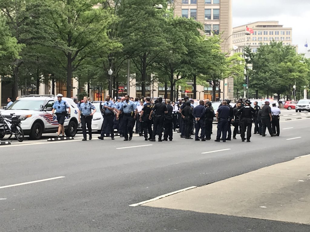Update: ALL CLEAR given at @TheJusticeDept - still massive police presence @nbcwashington https://t.co/uIdwf1spzp