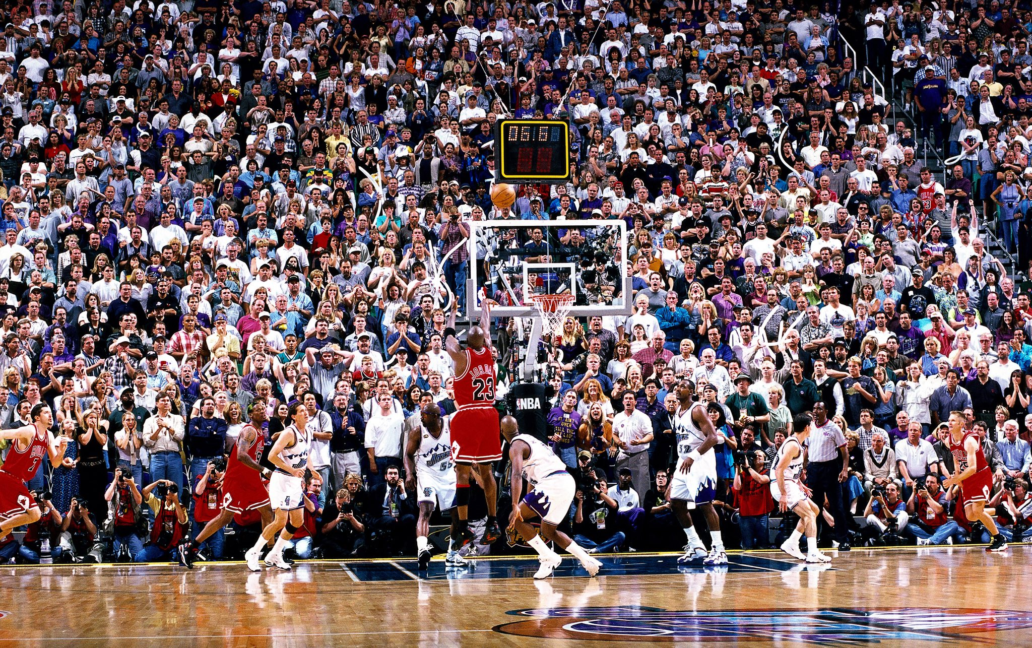 20 years ago today, Michael Jordan buried the #LastShot to secure his sixth title with the @chicagobulls! https://t.co/oZT2Q8GRKo