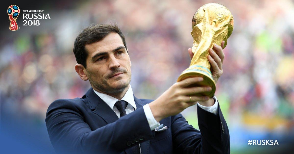 #RUS - #KSA  �������� @IkerCasillas, el encargado de llevar la Copa.   #Rusia2018 #RUSKSA ➕ https://t.co/LFbRfjWOXu https://t.co/lFmlHrhWEv