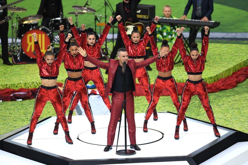 Robbie Williams y Aida Garifullina, cantante rusa, cantan en el show de apertura #Rusia2018 https://t.co/up0FybEfAd https://t.co/dfJDLFh3Qq