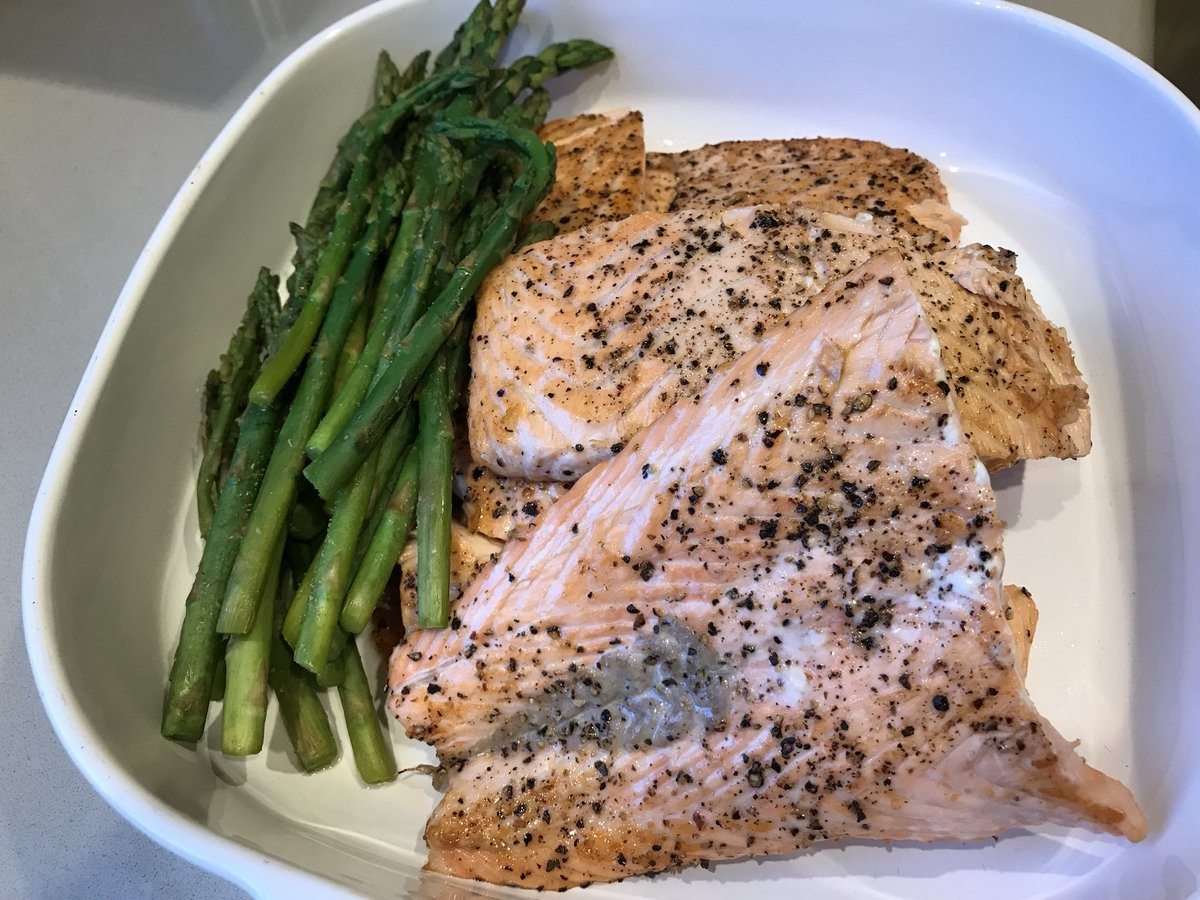 2 pic. Dinner is ready! Salmon with asparagus Yum Yum 😋  #bodybuilding #health #fitness #food #fbb #missfit4life