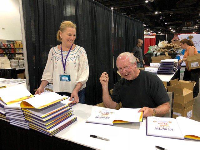 Jim Davis (the man behind @Garfield) at @DenverComicCon signing copies of AGE HAPPENS: GARFIELD HITS THE BIG 4-0! https://t.co/e1z8gNmfZ7