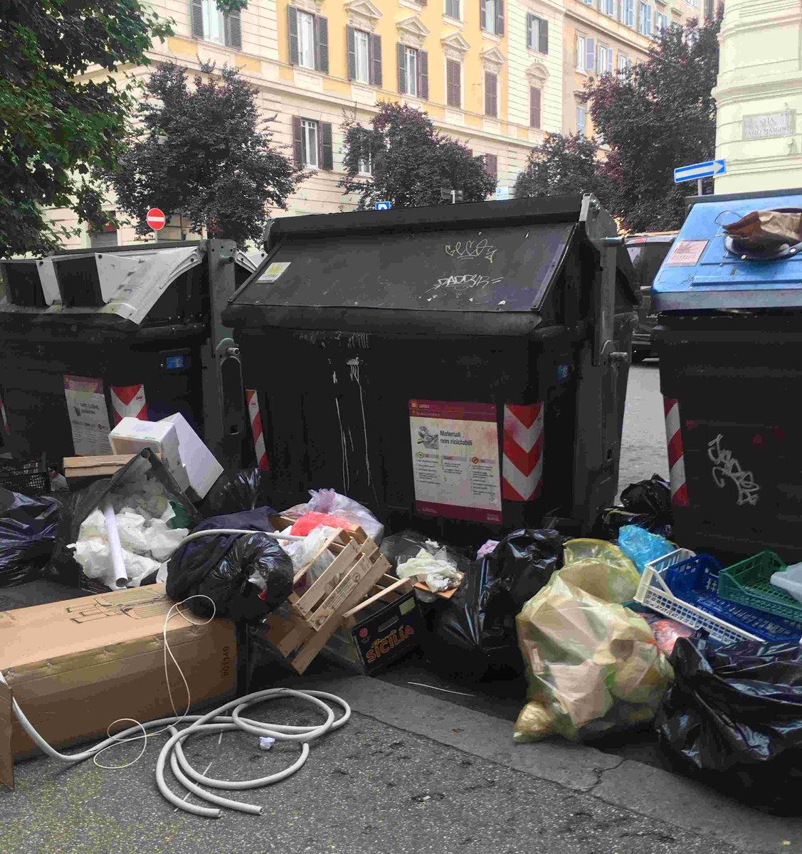 test Twitter Media - Roma è molto democratica: nessuna differenza nel degrado dei quartieri centrali e quelli di periferia. A partire dai rifiuti. @MontanariPin https://t.co/XlzT7dhS3p https://t.co/LmaemiuAgj