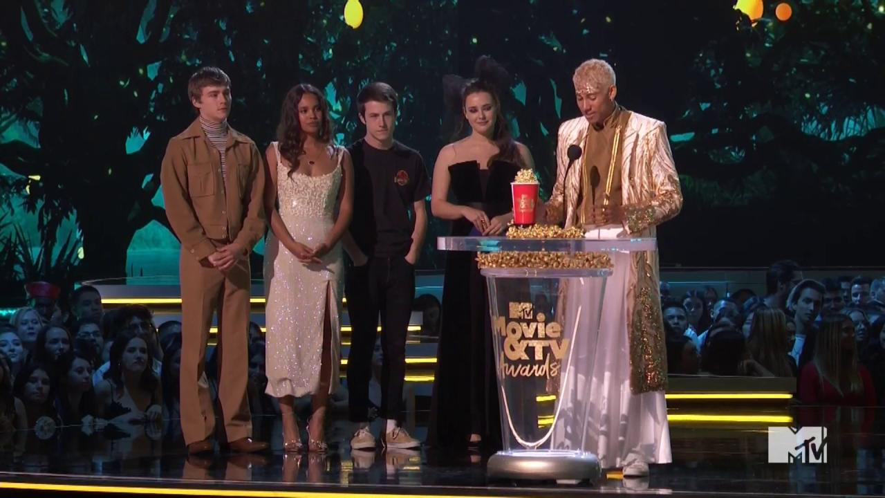 #MTVAwards: @KeiynanLonsdale wins Best Kiss saying 'you can live your dreams and wear dresses' https://t.co/0TitqfNzrt