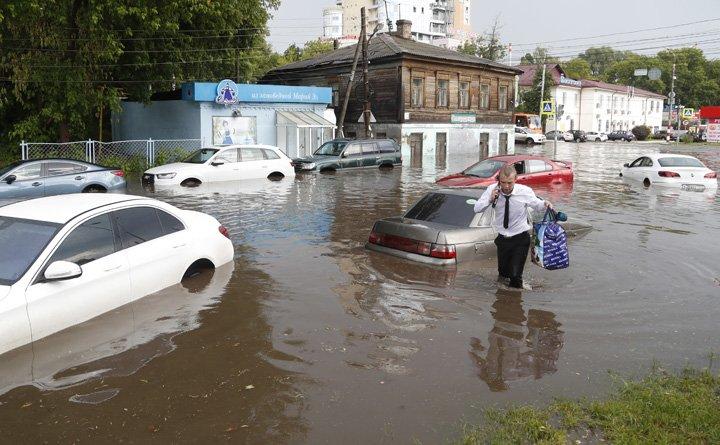 @BroadcastImagem: Tempestade inunda Nizhny Novgorod, uma das cidades-sede da Copa da Rússia. Petr David Josek/AP