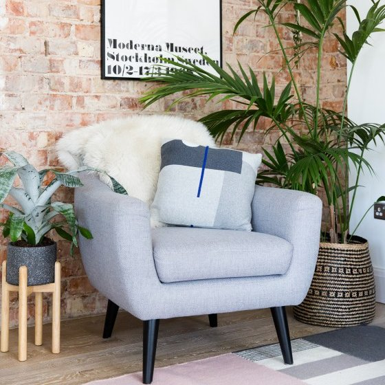 """test Twitter Media - """"De Ritchie bank en fauteuil passen perfect in de woonkamer. Ze zijn modern en zien er prachtig uit in contrast met de bakstenen muur. Ze zijn ook extreem comfortabel en ik zit er vaak te werken."""" Bekijk Nikki Hills volledige interieur: >> https://t.co/F9N8imrsDv https://t.co/q46X945z4i"""