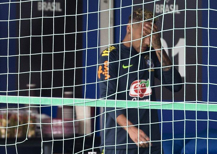 @BroadcastImagem: Neymar deixa treino do Brasil nos minutos iniciais por dores no tornozelo direito. Wilton Júnior/Estadão