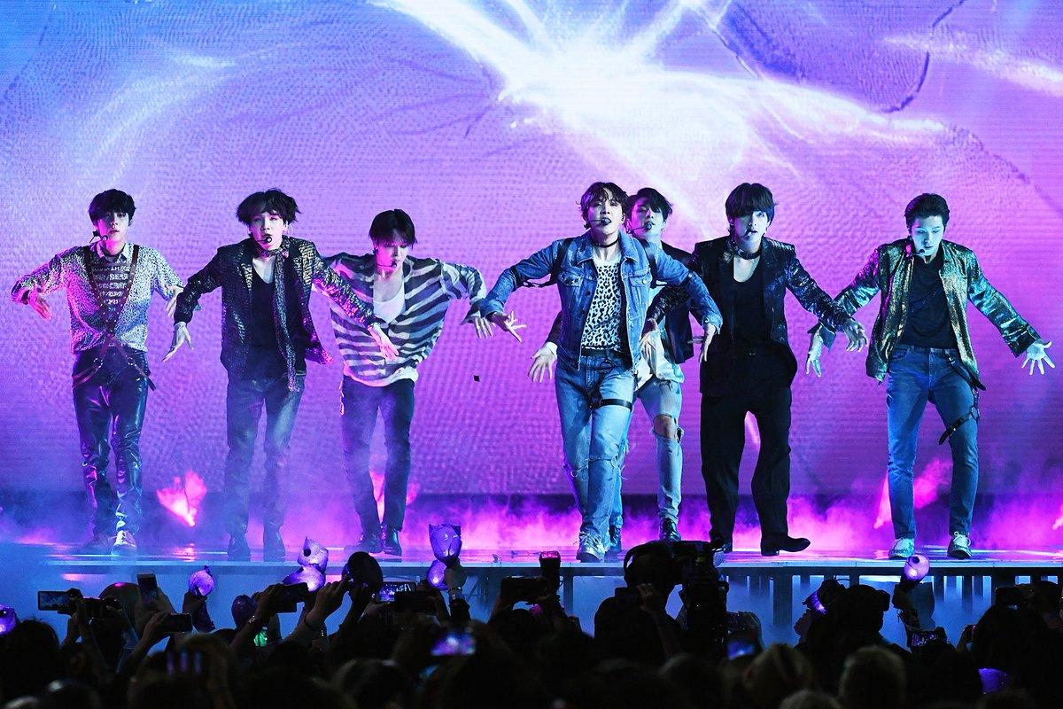 BTS É Um Grupo Famoso Sendo Assim Quero Ele Passando No TVZ Dinovo . #QueroNoTVZ  @DivulgaTVZ  @tvzmultishow. https://t.co/q4NzeNBKfD