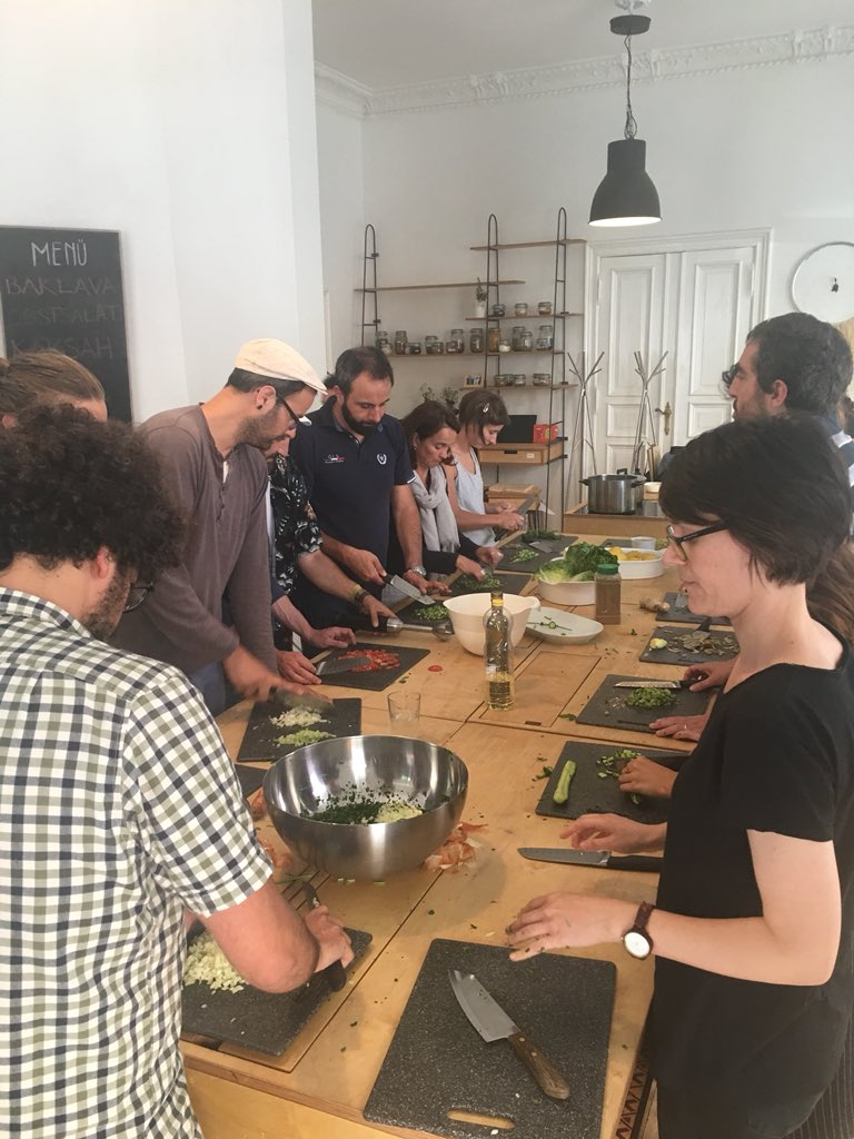 provar Twitter Mitjans - Cooking #FoodRelations with Syrian chef at #ueberdentellerrand @fondazioneacra #Agronauten @Agroecopolis @ConsorzioSIS Sharing experiencies around food as a key for intercultural dialogue 🍲 https://t.co/J5JV5AbJ9h