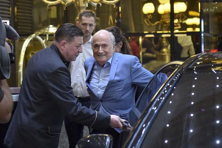 @BroadcastImagem: Desafiando suspensão do futebol, Joseph Blatter chega à Rússia para acompanhar Mundial. Dmitry Serebryakov/AP