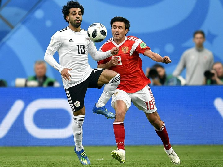 @BroadcastImagem: Mohamed Salah (e), do Egito, em lance com Yuri Zhirkov, da Rússia, em São Petersburgo. Martin Meissner/AP