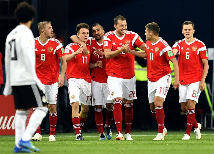 @BroadcastImagem: Jogadores da Rússia comemoram vitória por 3 a 1 sobre o Egito em São Petersburgo. Martin Maissner/AP