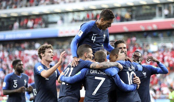 @BroadcastImagem: França vence com gol de Mbappé, garante classificação e elimina seleção peruana. David Vincent/AP