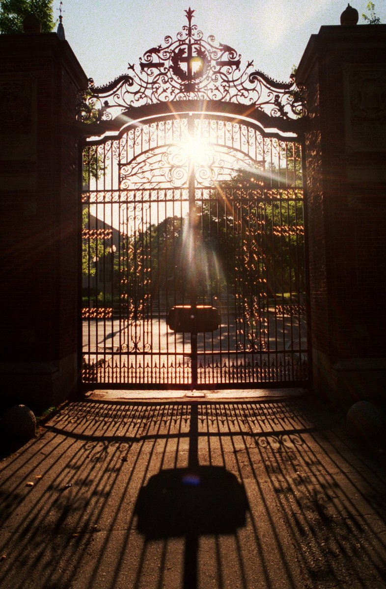 It's the #SummerSolstice and we love this shot of the summer sun shining on Johnston Gate! ☀️ https://t.co/CK8ZF942qS