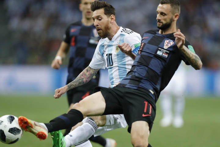 @BroadcastImagem: Lionel Messi (10), da Argentina, em lance com o croata Marcelo Brozovic pelo Mundial da Rússia. Michael Sohn/AP