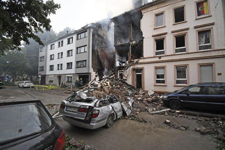 @BroadcastImagem: Explosão em edifício de apartamentos faz 25 feridos em Wuppertal, na Alemanha. Henning Kaiser/AP
