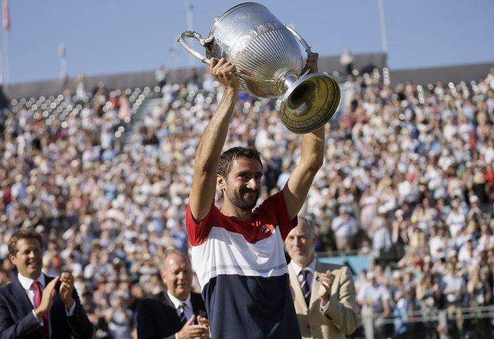 @BroadcastImagem: Cilic salva match point, bate Djokovic e é campeão em Queen's. Tim Ireland/AP