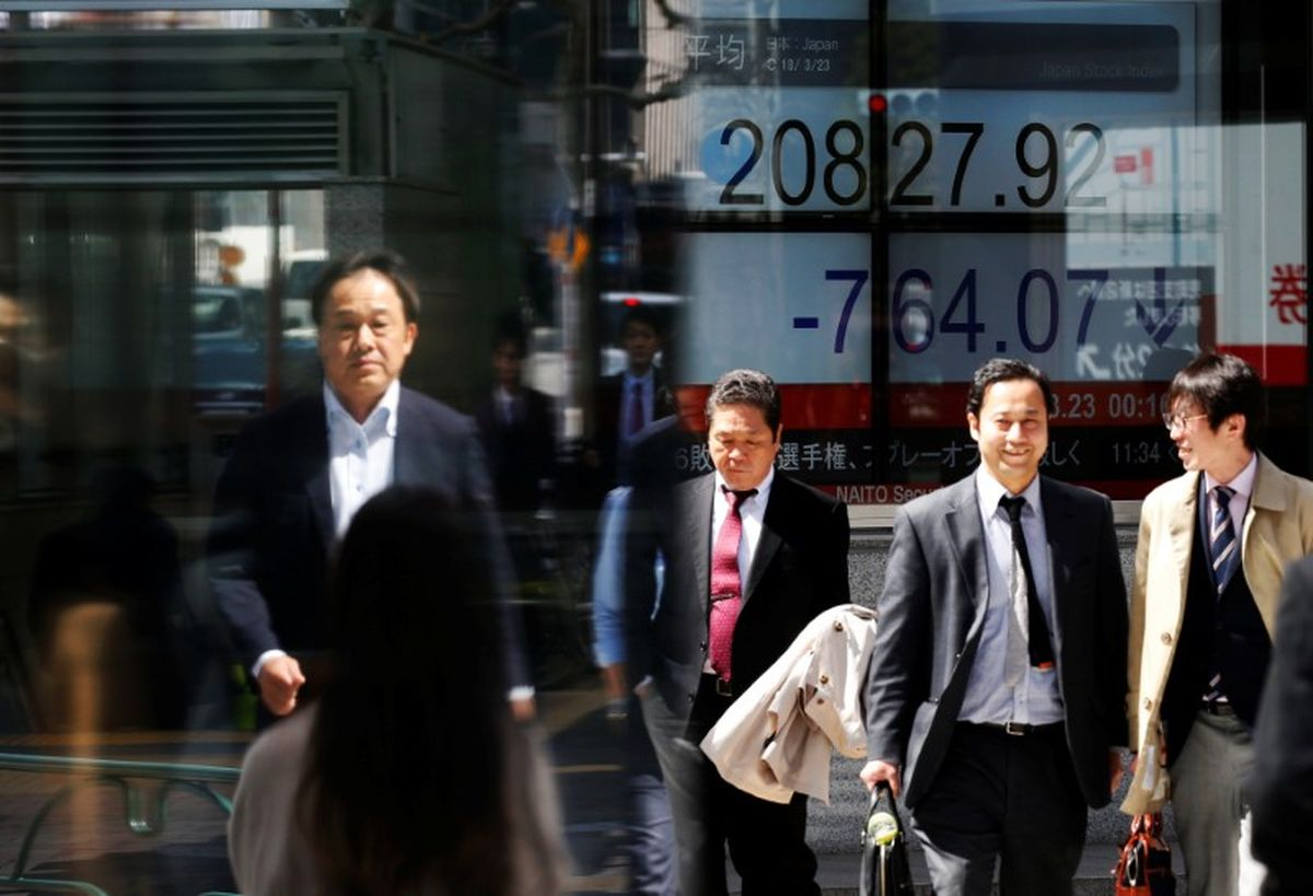 Asian shares dogged by trade worries, oil keeps gains @GlobeBusiness
