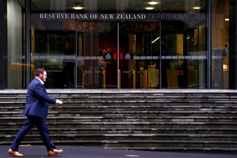 NZ central bank set to keep low rates as growth slows, trade woes cloud outlook https://t.co/BukWu3vHpm https://t.co/fENtM6i4A4