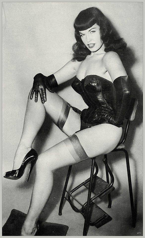 Obey the queen... or else! 💥🖤 #bettiepage #pinup #domme #fetish EoYWPCELp3
