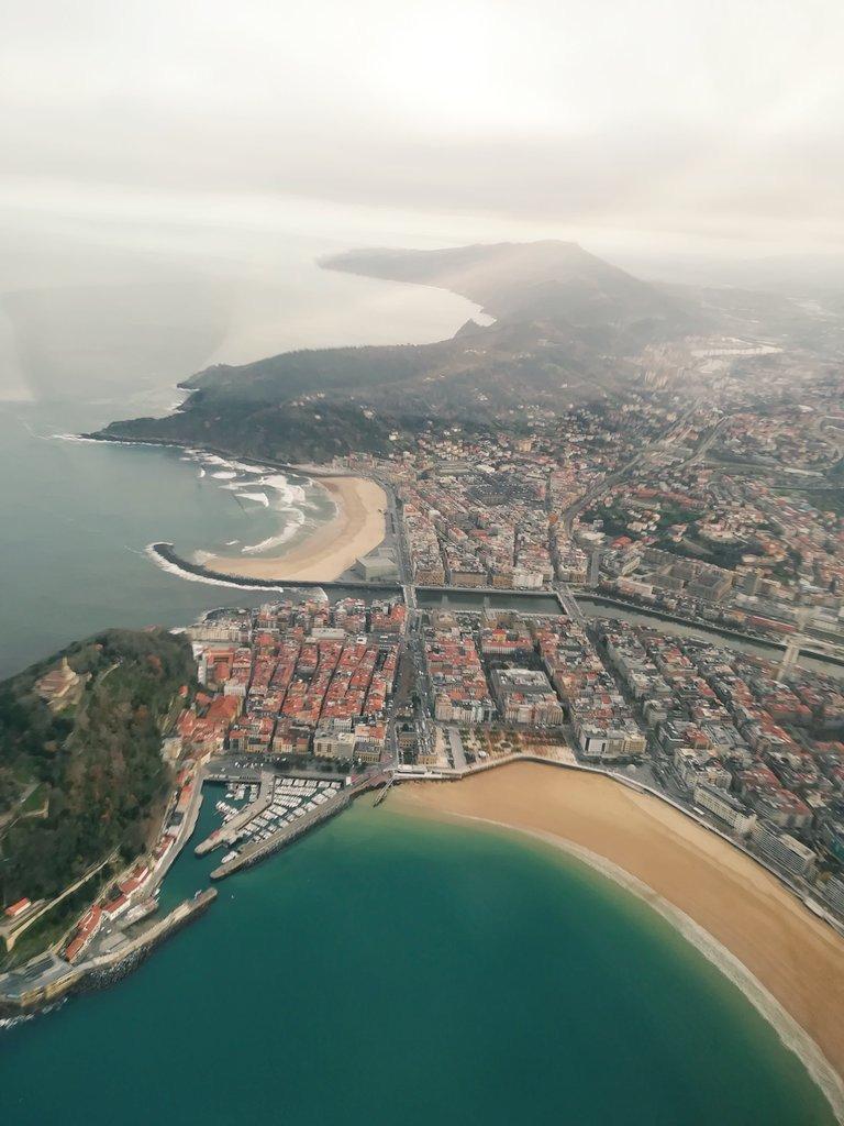 Cada día los pájaros nos ven así . Donostia / San Sebastián . Por @hugoiglesiaspho https://t.co/m1g4B2rReD
