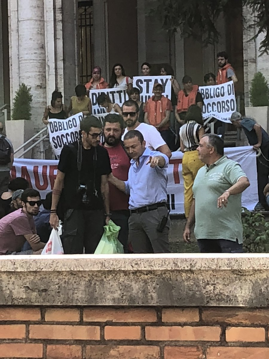 test Twitter Media - Sostegno di acqua bloccato per gli attivisti #RestiamoUmani al ministero dei trasporti. https://t.co/qS19YEu115