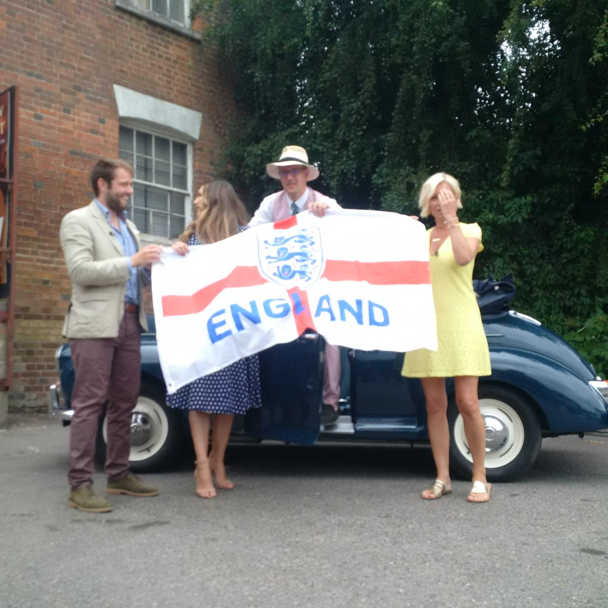 RT @HansonsAuctions: The @AntiqueRoadTrip is ready. Come on England! https://t.co/3bEj0pBFus