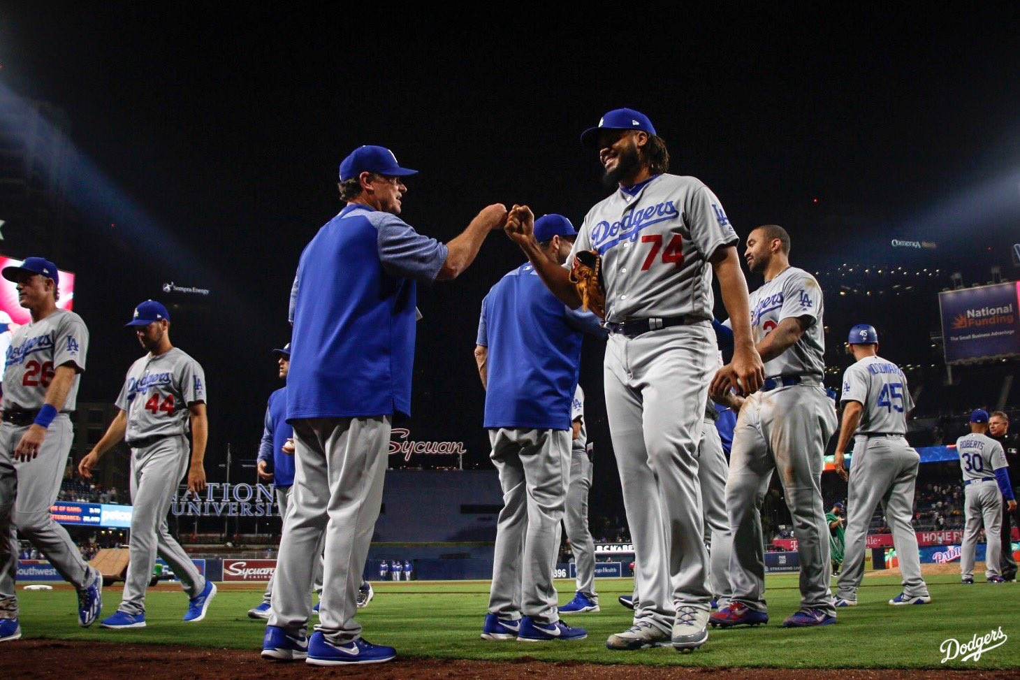Victory formation! #Dodgers https://t.co/TCDrB8Gtp1