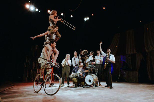 RT @metromontreal: Complètement Cirque: le jazz acrobatique et déjanté de Scotch & Soda https://t.co/Lr15SdBuS6 https://t.co/W7GFp1967Q